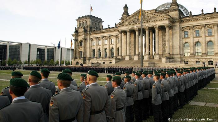 Prisega njemačkih vojnika ispred zgrade parlamenta
