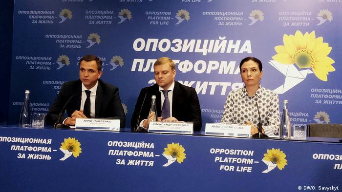 Юлія Льовочкіна (п) під час брифінгу у штабі ОП-ЗЖ