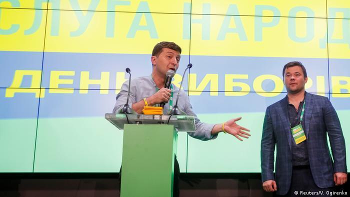 Президент Украины Владимир Зеленский выступает в офисе партии Слуга народа после закрытия избирательных участков на парламентских выборах