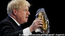 Boris Johnson mit geräuchertem Hering (picture-alliance/dpa/AP Images/F. Augstein)