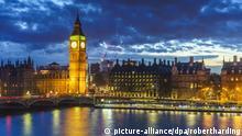 Big Ben (the Elizabeth Tower) and Westminster Bridge at dusk, London, England, United Kingdom, Europe | Verwendung weltweit, Keine Weitergabe an Wiederverkäufer.