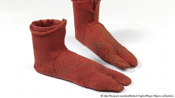 Kaus kaki antik yang dipamerkan di Museum V&A London