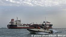 The Stena Impero oil tanker next to a boat from the Iranian Revolutionary Guards (picture-alliance/dpa/H. Shirvani)