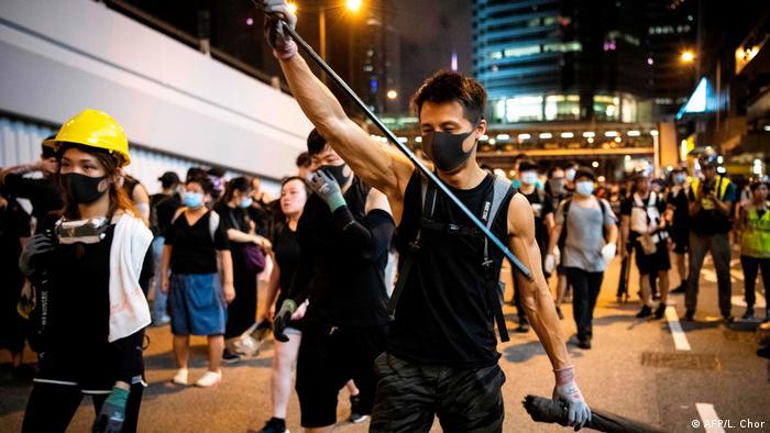 Nicht nur die Polizei ging mit Gewalt gegen die Demonstranten vor. An einem Bahnhof (nicht abgebildet) attackierten Männer in weißen T-Shirts Regierungskritiker mit Holzstöcken und Metallstangen. Kritiker werfen der Polizei vor, zu spät eingegriffen zu haben. Der bei dem Vorfall verletzte Abgeordnete Lam Cheuk Ting machte Mitglieder krimineller chinesischer Banden für den Angriff verantwortlich.