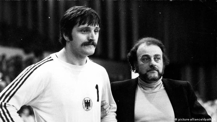Archivbild: Handball: Deutschland - Spanien - Vlado Stenzel und Manfred Hofmann