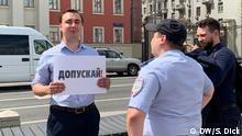 Russland Ivan Zdanov portestiert vor dem Gebäude der Stadtverwaltung in Moskau