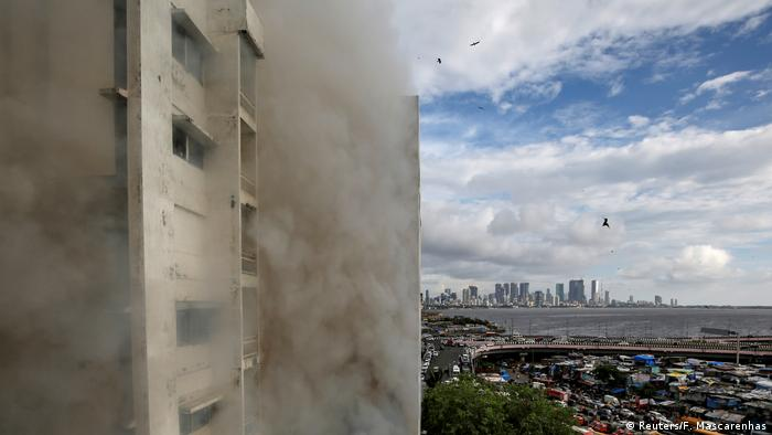 Helicopters approach the burning MNTL building (Reuters/F. Mascarenhas)