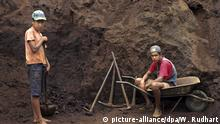 FILE: A picture dated 2008 shows two boys working in precious stone mine in Antonio Pereira, Minas Gerais, Brazil. More than a million children aged between ten and 14 years still work in Brazil, despite government measures to combat child labor, revealed on December 28, 2011 the newspaper Folha de Sao Paulo based on population census data of the state Brazilian Institute of Geography and Statistics (IBGE). Photo: Werner Rudhart/dpa/ef | Verwendung weltweit