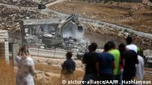 JERUSALEM - JULY 22: A building is being demolished with bulldozers under Israeli soldiers supervision as they have started to demolish buildings belonging to Palestinians on the grounds that the ten buildings are close to wire barriers, which are continuation of the separation wall in Wadi al-Hummus neighborhood of Sur Baher region of East Jerusalem on July 22, 2019. Wisam Hashlamoun / Anadolu Agency | Keine Weitergabe an Wiederverkäufer.