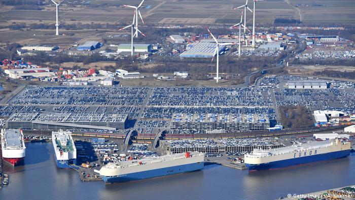 В порту Бремерхафен грузят автомобили на экспорт