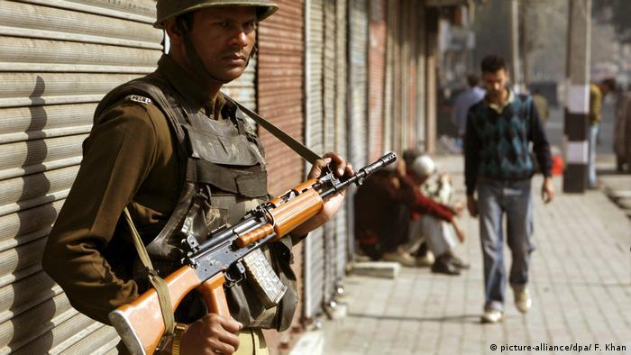 Indische Polizisten in Kaschmir (picture-alliance/dpa/ F. Khan)