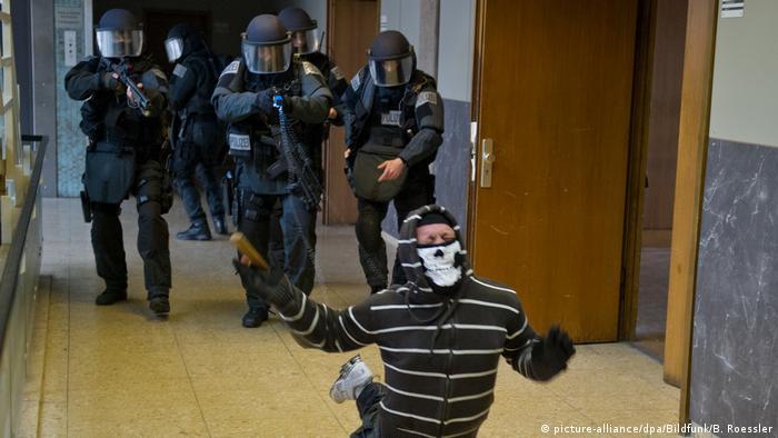 Frankfurt police using a Taser in training
