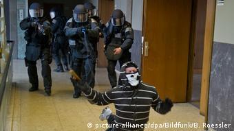 Полицейские во время тренинга по использованию электрошокера