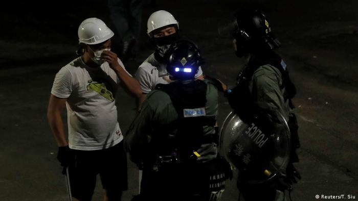 Hongkong | Schlägertrupp attackiert Demonstranten (Reuters/T. Siu)