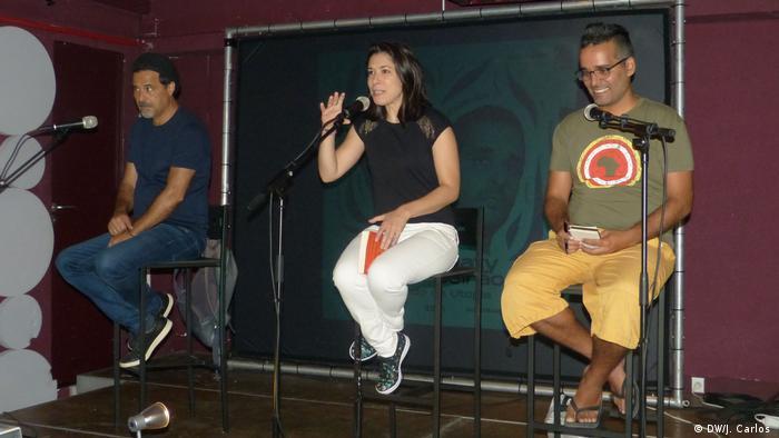 José Eduardo Agualusa e Luaty Beirão durante o debate, em Lisboa. Ao centro, a deputada portuguesa do Bloco de Esquerda Mariana Mortágua.
