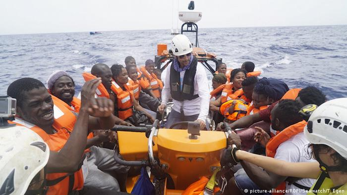 Italien Sea-Watch 3 vor Lampedusa (picture-alliance/ROPI/Seawatch/T. Egen)