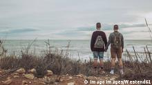 Back view of young gay couple looking at the sea model released Symbolfoto PUBLICATIONxINxGERxSUIxAUTxHUNxONLY RTBF00739 Back View of Young Gay COUPLE Looking AT The Sea Model released Symbolic image PUBLICATIONxINxGERxSUIxAUTxHUNxONLY RTBF00739