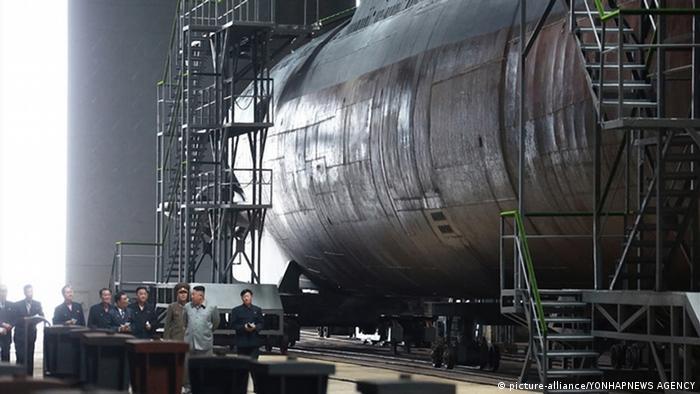 Kim Jong-Un inspiziert im Sommer 2019 umgeben von einer Delegation Nordkoreas neues U-Boot auf der Sinpo-Werft (picture-alliance/YONHAPNEWS AGENCY)