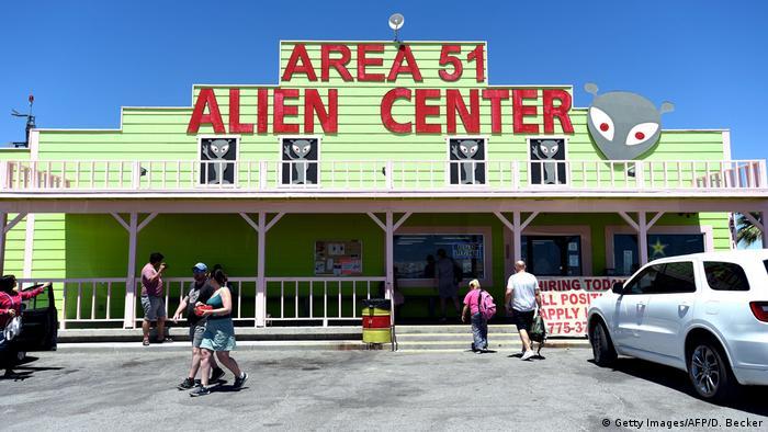 Fachada de loja com os dizeres Area 51 - Alien Center