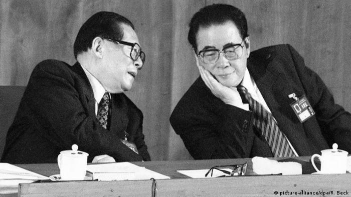 Staats- und Parteichef Jiang Zemin (links) und Ministerpräsident Li Peng (rechts) (picture-alliance/dpa/R. Beck)