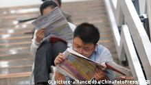 Job seekers read newspapers and take a rest during the career fairs on October 10, 2009 in Beijing, capital of China. (Photo by JHSB/ChinaFotoPress) (CHINA OUT) +++(c) dpa - Report+++ |