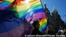 LGBT+ rights activists carry rainbow flags at a rally in St. Petersburg, Russia in May 2013 (picture-alliance/AP Photo/D. Lovetsky)