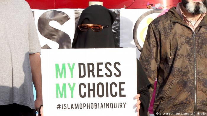 A woman in a burqa protests UK PM Boris Johnson's comments on the Islamic garment (picture-alliance/empics/J. Brady)