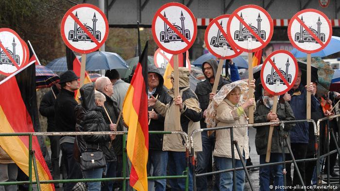 Minare yasağını savunan sağcı bir grubun protesto gösterisi