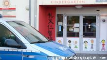 A police car parked in front a daycare center in Leipzig, Germany (picture-alliance/dpa/S. Willnow)
