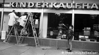 La vitrine d'un magasin de l'Alexanderplatz est réaménagée en préparation de l'union monétaire