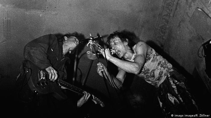 Zwei Punkmusiker in Aktion