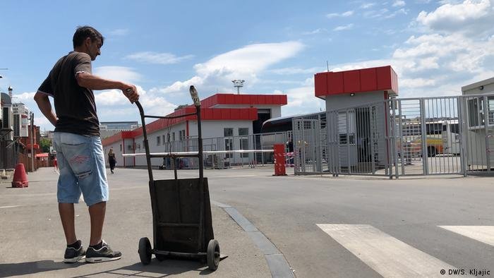 Šaban Šaćiri pred novim dolaznim peronom - ulaz mu je zabranjen