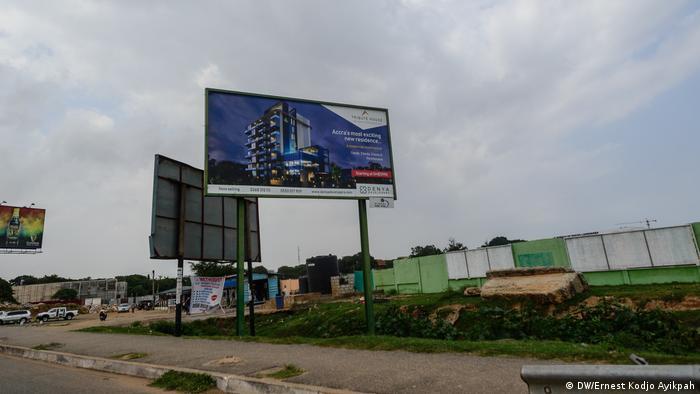 Una valla publicitaria que muestra un nuevo proyecto.