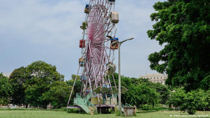 Una rueda panorámica oxidada en un parque.