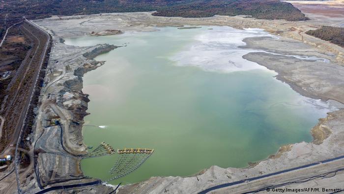 Contaminación en un lago de la Compañía Minera Minera Valle Central en Rancagua, Chile