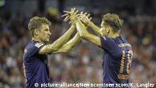 International Champions Cup | AC Milan vs FC Bayern - Thomsa Müller gratuliert Leon Goretzka