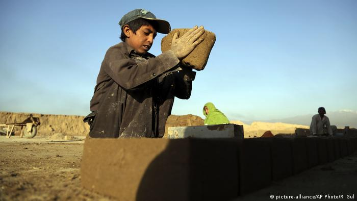 Armut in Afghanistan - Kinderarbeit (picture-alliance/AP Photo/R. Gul)