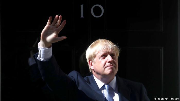 UK Boris Johnson tritt in die 10 Downing Street ein (Reuters/H. Mckay)