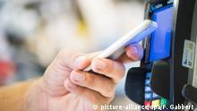 ILLUSTRATION - Ein Mann bezahlt am 01.08.2018 in einem Laden in Berlin mit seinem Smartphone (gestellte Szene). Foto: Franziska Gabbert | Verwendung weltweit