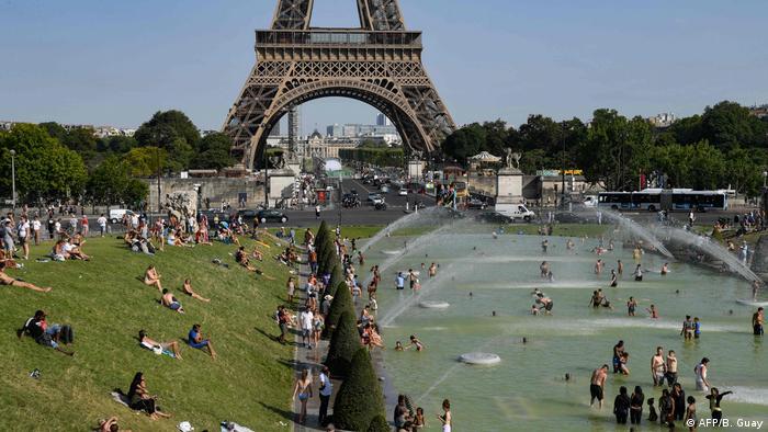 Frankreich Hitzewelle   Abkühlung am Trocadero, Paris