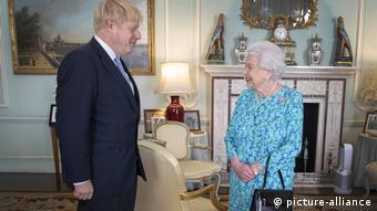Θεωρητικά η βασίλισσα θα μπορούσε να παύσει τον πρωθυπουργό από τα καθήκοντά του.