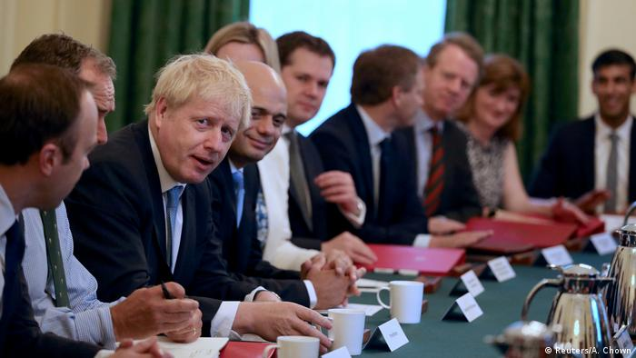 Boris Johnson dirige primera sesión con su gabinete.