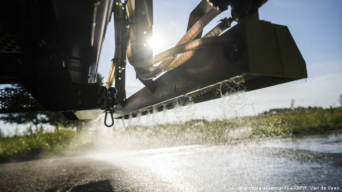 A Dutch gritter sprays saltwater (picture-alliance/dpa/ANP/K. Van de Veen)