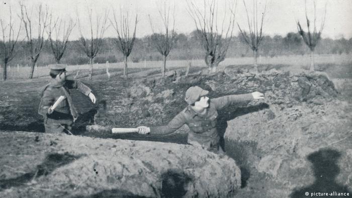 British soldiers Britische Soldaten üben das Werfen von Handgranaten, um 1914