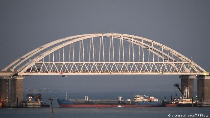 Российский танкер блокирует проход под Крымский мостом, ноябрь 2018 года
