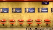 ARCHIV - 12.07.2017, Ungarn, Budapest: Plakate einer Kampagne gegen George Soros hängen am Bahnsteig einer U-Bahn. Ungarn muss sich wegen seines Umgangs mit Flüchtlingshelfern und Asylsuchenden vor dem Europäischen Gerichtshof verantworten. Die Regierung Orbans hatte die Bestimmungen gegen Flüchtlingshelfer im Vorjahr unter der Bezeichnung «Stop-Soros-Gesetz» vom Parlament beschließen lassen. Die Bezeichnung «Stop Soros» bezieht sich auf den liberalen US-Milliardär. Foto: Pablo Gorondi/AP/dpa +++ dpa-Bildfunk +++ |