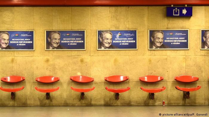 Afişe contra lui George Soros într-o staţie de metrou din Budapesta (2017)(picture-alliance/dpa/P. Gorondi)