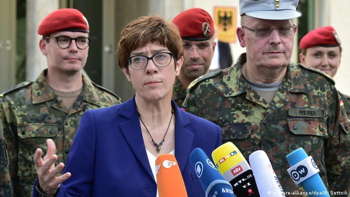 Глава міноборони Німеччини Аннеґрет Крамп-Карренбауер влаштовувала заходи для журналістів без права цитування