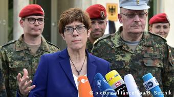Defense Minister Annegret-Kramp-Karrenbauer (picture-alliance/dpa/B. Settnik)