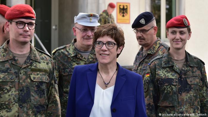 Kramp-Karrenbauer, de visita en instalaciones militares en Brandeburgo.